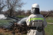 Ставропольские спасатели помогли пенсионеру потушить пожар возле частного дома